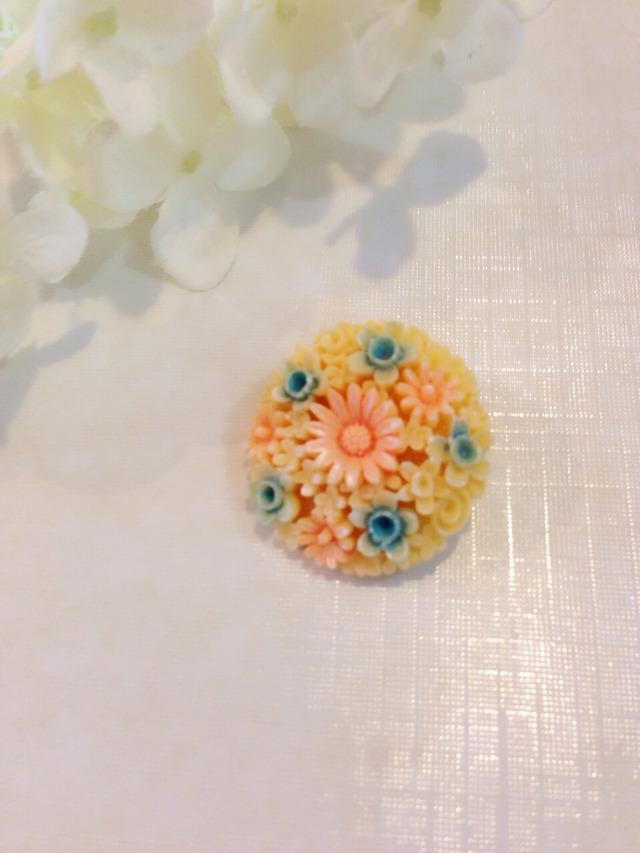 お花のカボションブローチ