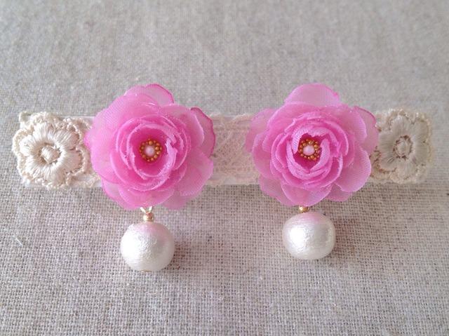 コットンパールと染め花を樹脂加工したイヤリング(クールピンク)