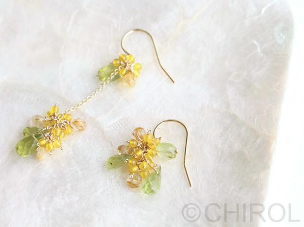 アシンメトリーの黄色い花とペリドットのピアス/14kgf