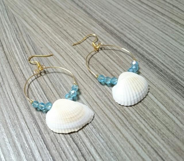 青と貝殻のフープピアス