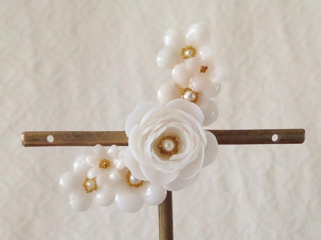 染め花を樹脂加工した小花の三日月型片耳イヤーカフ(バラ・ホワイト)
