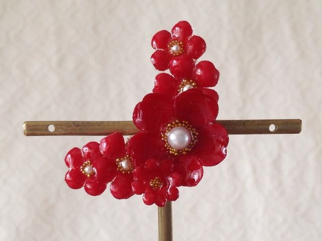 染め花を樹脂加工した小花の三日月型片耳イヤーカフ(プリムラ・レッド)