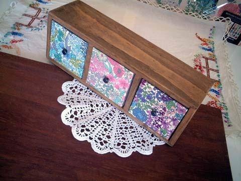 リバティ引き出しつき木製飾り棚MargaretAnnie