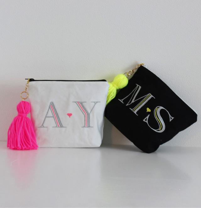 【ポーチ】A〜Zまで!イニシャル刺繍化粧ポーチ通販白黒タッセル付き プレゼントにも【無料ラッピング】 monoglam-A-W