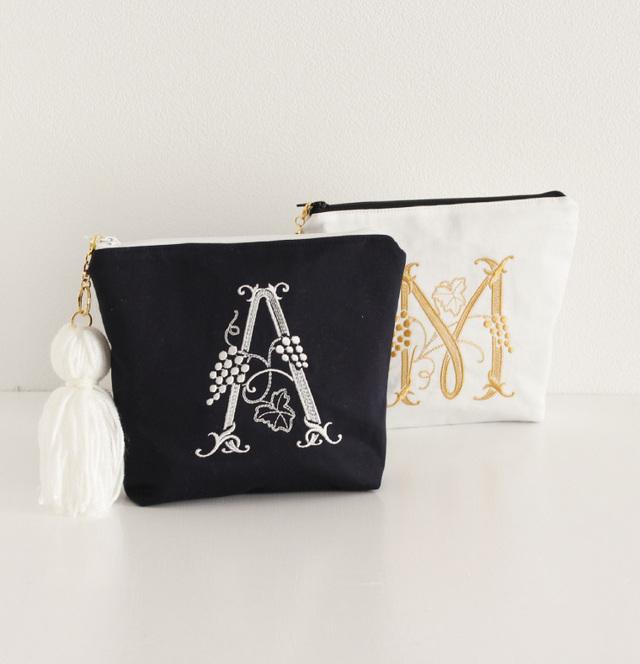 【ポーチ】A〜Zまで!イニシャル刺繍化粧ポーチ通販白紺タッセル付き プレゼントに!【無料ラッピング】  monoglam-B