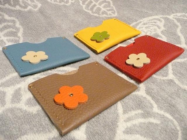 トリヨンの花つきカードケース(茶色)、