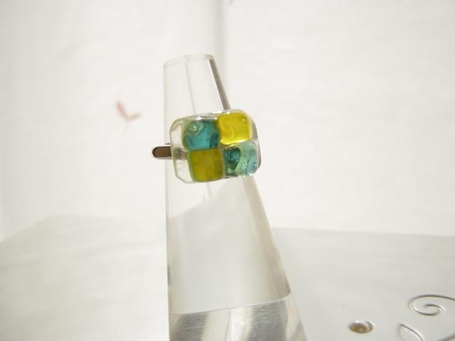 フュージングガラス 指輪 イエロー×ブルー キャンディのよう