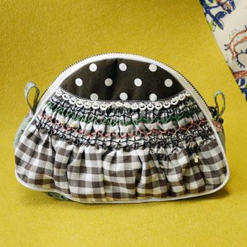 スモック刺繍ポーチ(茶)