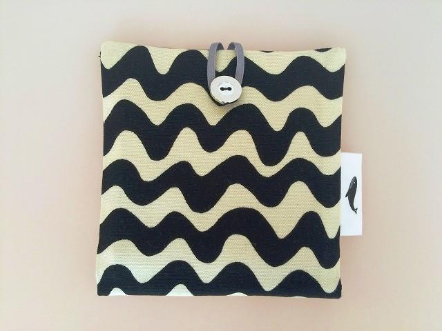 ポップカラーの波模様ポケットポーチ ブラック