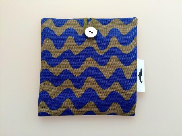 ?再販?ポップカラーの波模様ポケットポーチ ブルー