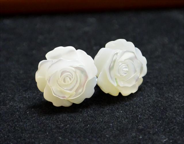 白薔薇の一粒ピアス(チタンポスト)
