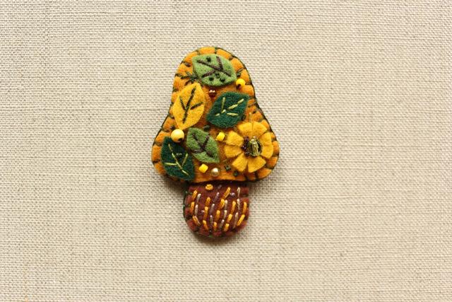 葉っぱのマスタードきのこブローチ