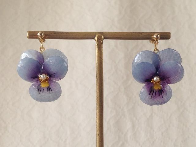 染め花を樹脂加工したビオラのぶら下がりピアス( S・青紫&紫)