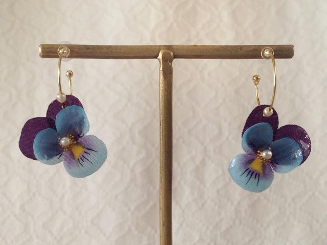染め花を樹脂加工したビオラのフープピアス(SS・青紫)