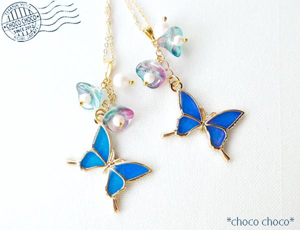 青い蝶と花のネックレス