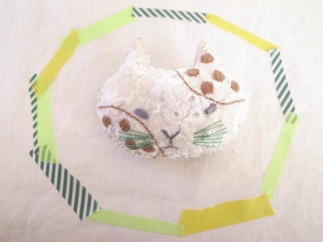 ねこのブローチ みずたま刺繍 茶
