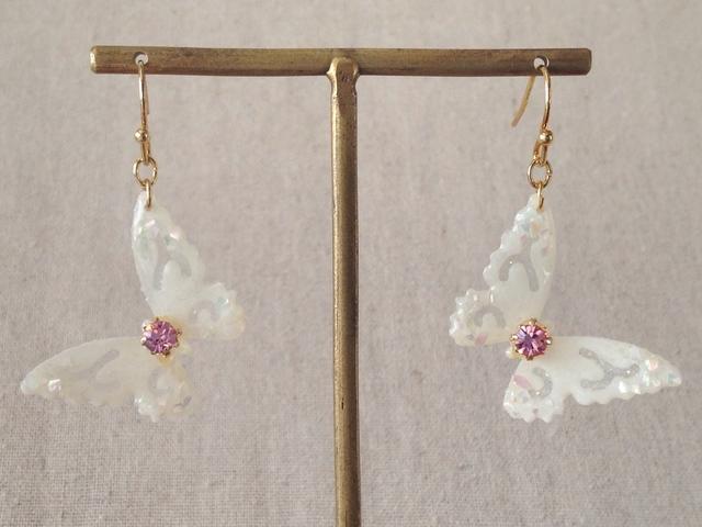 蝶のぶら下がりピアス(ホワイト&ピンク)