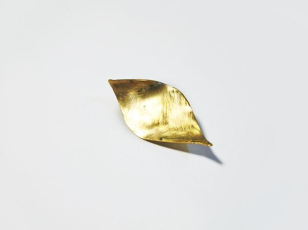 真鍮の葉っぱブローチ