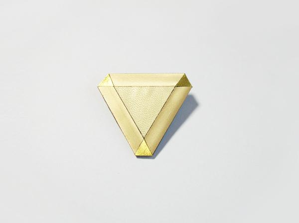 (再販)革の三角ブローチ