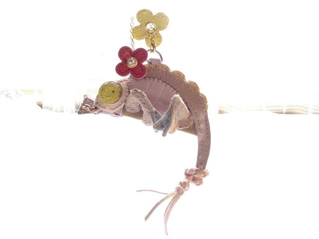 革製のPINKカメレオン
