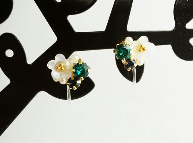 白い小花のグリーンビジュープチノンホール樹脂ピアス