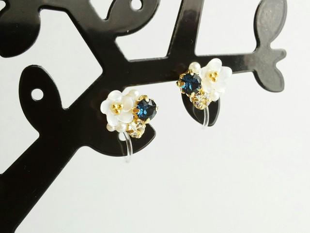 白い小花のモンタナビジューノンホール樹脂ピアス