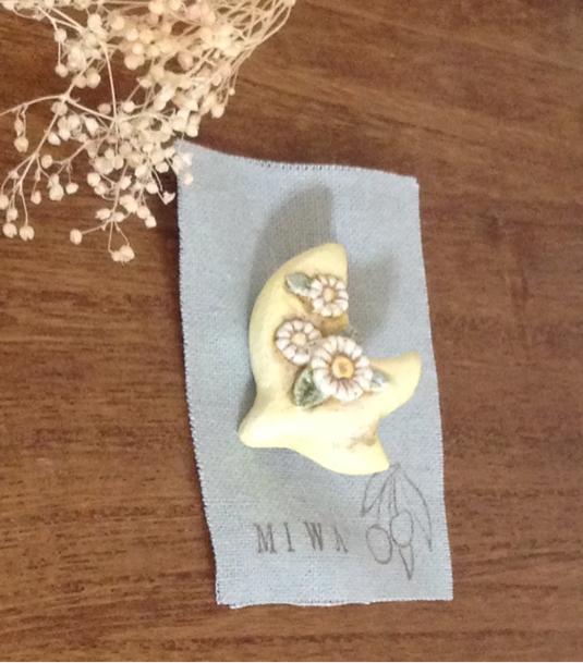 花を運ぶ鳥 陶ブローチ
