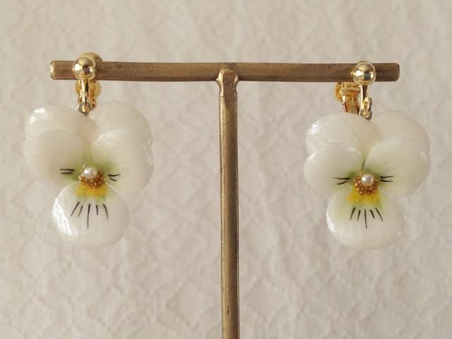 染め花を樹脂加工したビオラのぶら下がりイヤリング( S・白&緑)