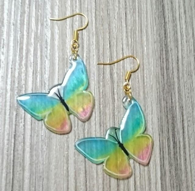 レインボーな蝶のピアス