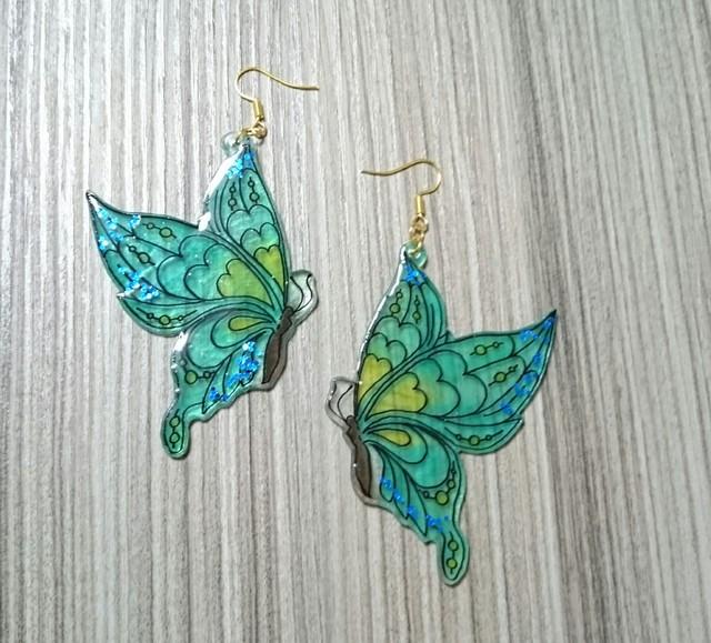 きらめくグリーンの蝶のピアス