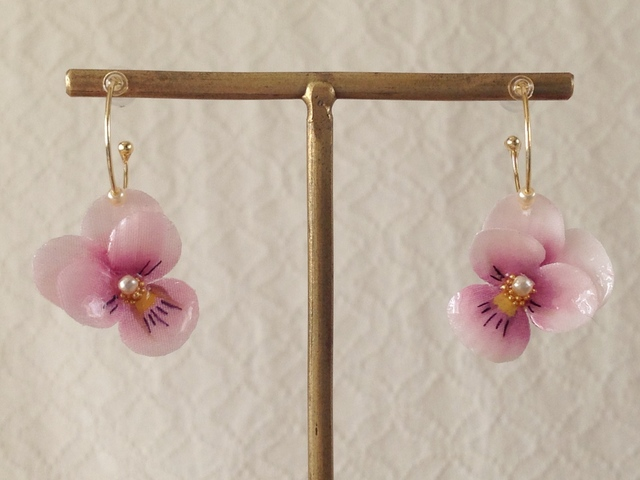 染め花を樹脂加工したビオラのフープピアス(SS・ピンク)