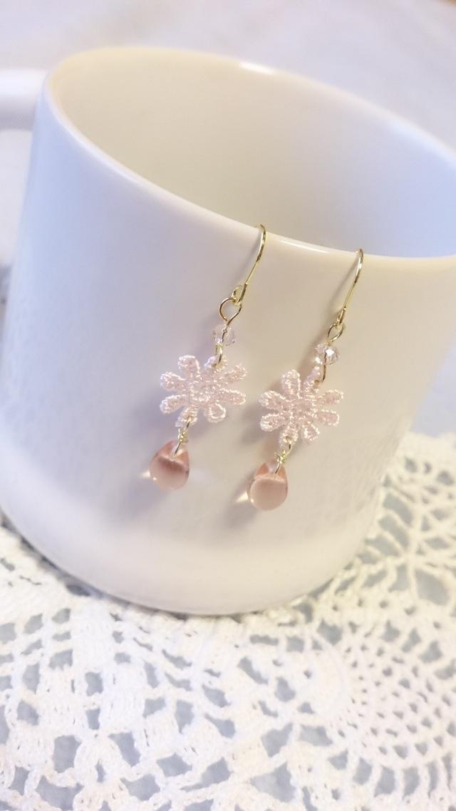 【送料込】ほんのりピンクお花と雫ビーズのピアス