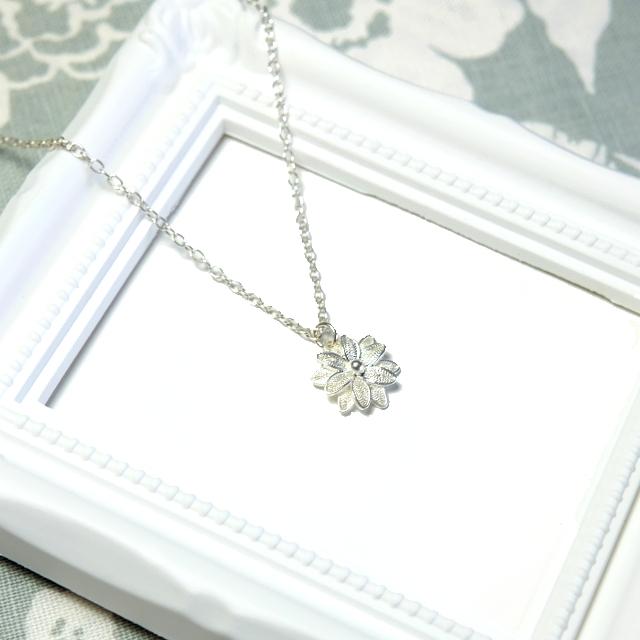 銀の花々(マーガレットのようなフィリグラーナのシルバーネックレス