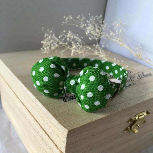 新緑のような緑のドット ふっくらまるいリボン 猫の首輪