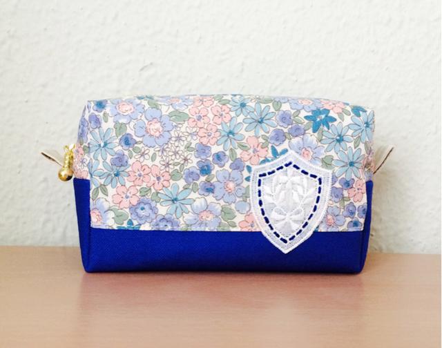 小花柄のポーチ ブルー