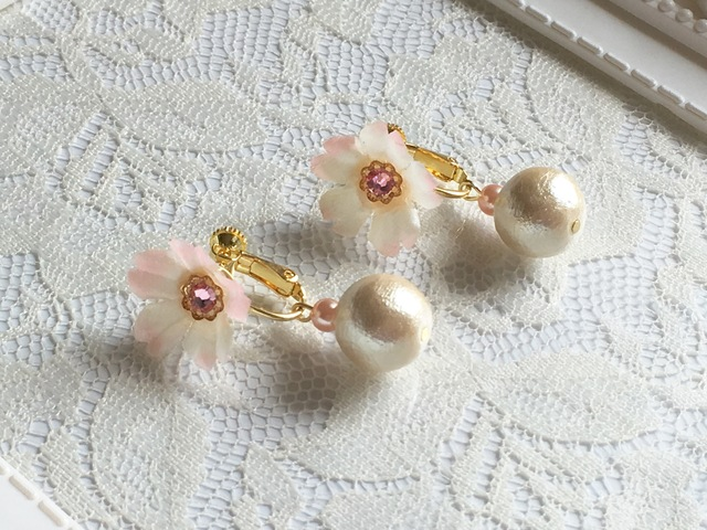 桜とコットンパールのイヤリング