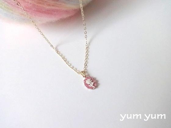 小さなバラのネックレス