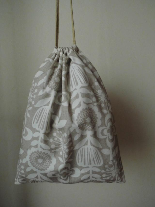 ふくろ縫いの巾着袋(ベージュ地に北欧風花柄)