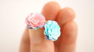 紙の花ピアス「空とバラ」両耳用チタンピアス