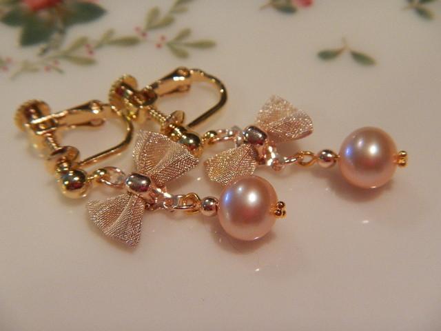 桜色の淡水真珠と おりぼんのイヤリング