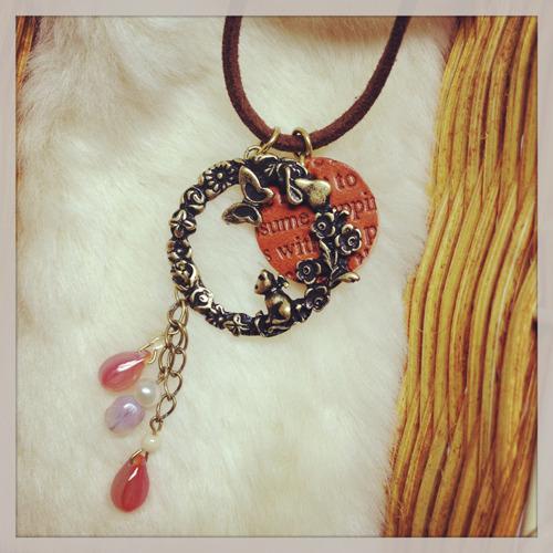 花畑に遊ぶ子猫と蝶のネックレス