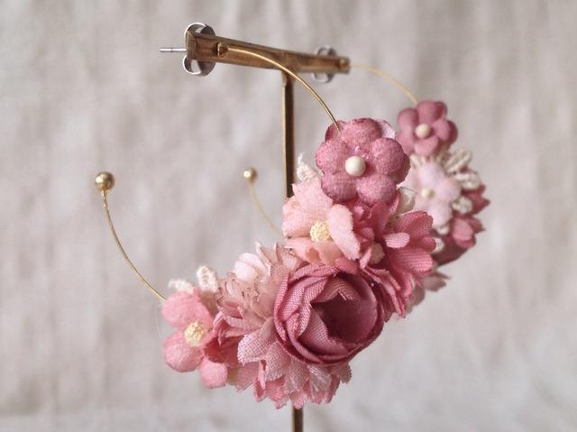 染め花のフープピアス(三日月型・紅ピンク)