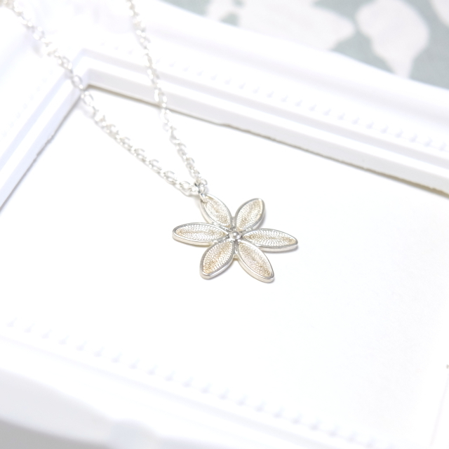 銀の花々(デイジーのようなフィリグラーナのシルバーネックレス