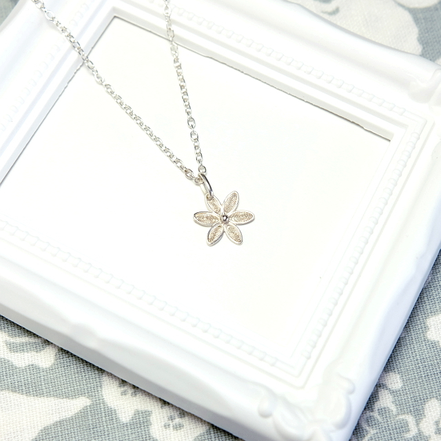 【お取り置き】銀の花々(ミニデイジーのようなフィリグラーナのシルバーネックレス