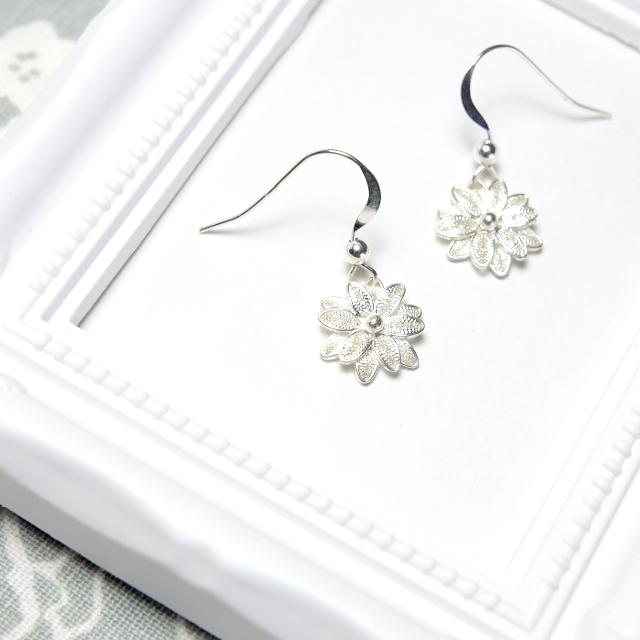 銀の花々(マーガレットのようなフィリグラーナのシルバーピアス