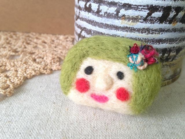 羊毛フェルトブローチ(おんなの子GR)