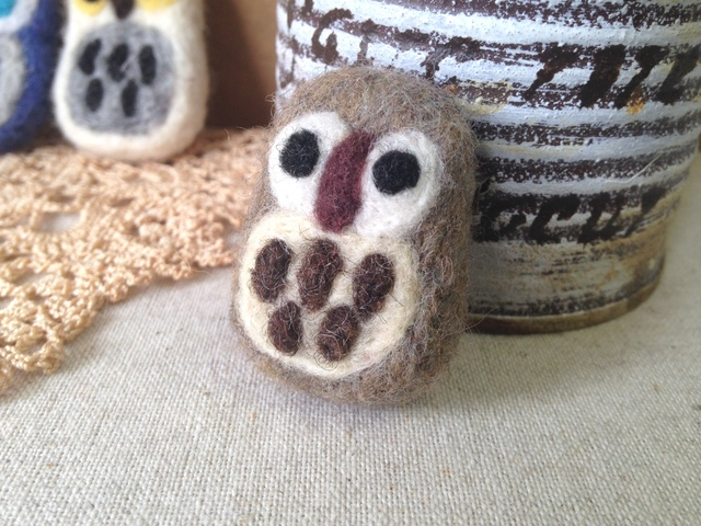 羊毛フェルトブローチ(ふくろうさん薄茶)