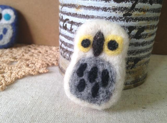 羊毛フェルトブローチ(ふくろうさんWH)