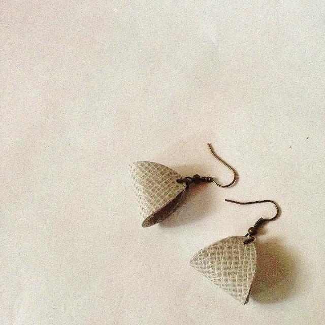 コロンとした三角モチーフのレザーピアスレザーピアスB/5