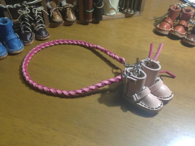 ハンドメイド◎ミニチュア エンジニア ブーツ 四つ編み ストラップ 革 レザー ピンク